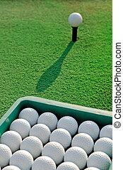 práctica golf, cubo, pelotas