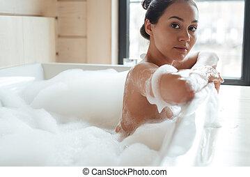 frau entspanntes schaum junger h bsch badewanne liegen augenpaar frau h bsch. Black Bedroom Furniture Sets. Home Design Ideas