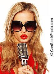 prächtig, blond, in, sonnenbrille, mit, mikrophon