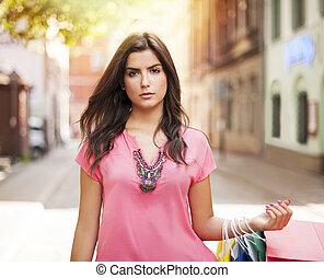 prächtig, frau, mit, einkaufstüte, straße