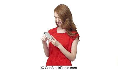 prächtig, junge frau, in, a, orange, kleiden, gebräuche, sie, telefon, während, texte, zurück, zu, friend., freigestellt, aus, weißes, hintergrund.