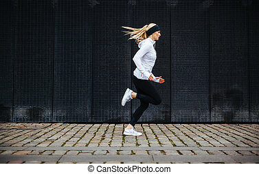 prålig, ung kvinna, spring, på, trottoar, in, morgon