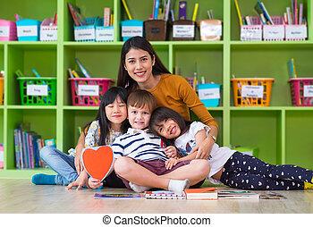 pré école, étreinte, groupe, femme, concept., gosses, asiatique, course, mélangé, enseignement, prof, classe