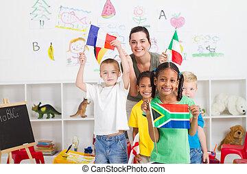 pré-escolar, crianças, com, bandeiras