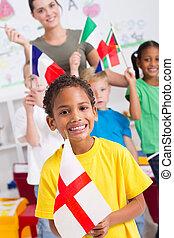 pré-escolar, crianças, segurando, bandeiras