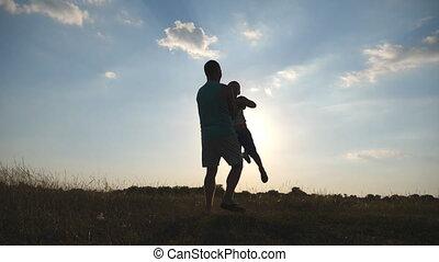 pré, famille, fils, rotation, ensemble., fin, peu, lent, nature., père, day., champ, papa, sien, autour de, ensoleillé, enfant, bébé, tourner, haut, jouer, mouvement, amusement, papa, avoir, sunset.