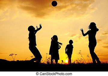 pré, groupe, silhouette, coucher soleil, été, jouer, enfants, heureux
