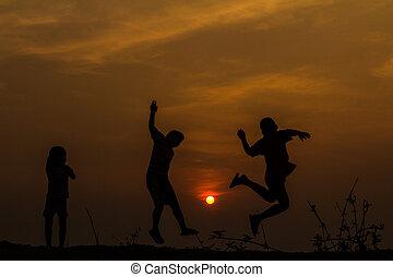 pré, groupe, silhouette, coucher soleil, s, jouer, enfants, heureux