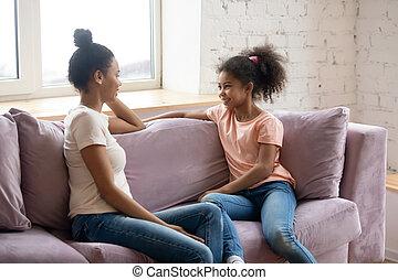 préadolescent, divan, assis, conversation, mère, africaine, fille