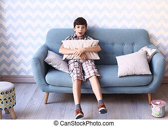 préadolescent, garçon, intérieur, confortable, chambre à coucher