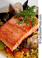 préparé, saumon, fruits mer, dîner