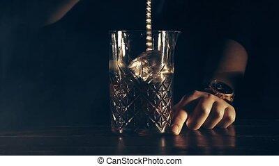 prépare, barman, cocktail