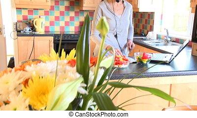 préparer, femme, moderne, salade