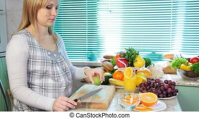 préparer, femme, pregnant, salade
