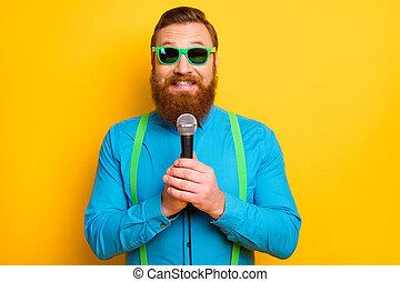 présent, jaune, élégant, positif, jazz, bonjour, regard, fond, rocher, audience., mic, couleur, énergique, homme, sur, bon, chanson, isolé, étoile, équipement, chanter, prise, vrai, usure