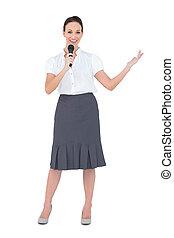 présentateur, sourire, microphone, tenue