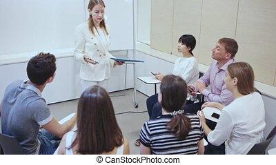 présentation, confiant, jeune, nouveau, femme affaires, business, moderne, projet, partenaires, bureau