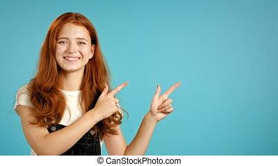présentation, indique, portrait, noir, mains, elle, isolé, haut, projection, fille souriant, femme, bleu, copie, side., gauche, général, quelque chose, arrière-plan., espace