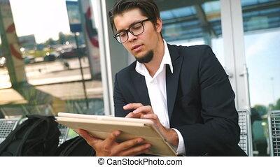 présentation, jeune, prépare, internet, surfer, travaux, homme affaires, chèques, tablette, courrier
