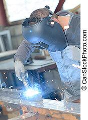 průmyslový dělník, továrna, svařování