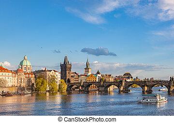 praag, tsjechië, skyline, met, historisch, karlsbrug, en,...
