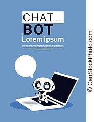 praatje, bot, robot, gebruikende laptop, computer, en, houden, tekstballonetje, spandoek, met, de ruimte van het exemplaar, praten, of, chatterbot, steun, dienst, concept
