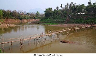 prabang, luang, emberek, laosz, átkelés, bambusz, folyó, bridzs