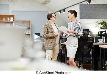 praca, dyskutując, dwa, biuro, businesswomen