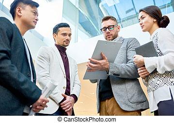 praca, dyskutując, młody, handlowy zaludniają