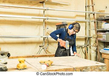 praca, używając, kobieta, młody, śrubokręt