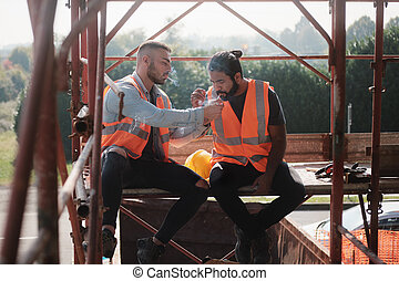 pracownicy zbudowania, palenie papieros, i, mówiąc, na, złamanie