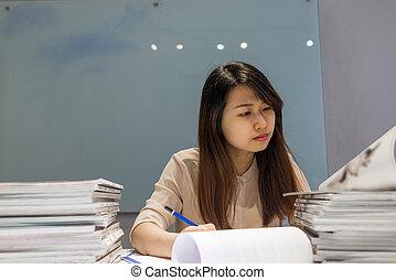 pracownik, dokumenty, pociągający, biuro, czytanie