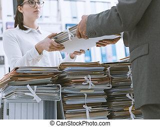 pracownik, jego, szef, paperwork, wręczając