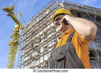 pracownik, przed, umieszczenie zbudowania, mówiąc, na, mądry, telefon