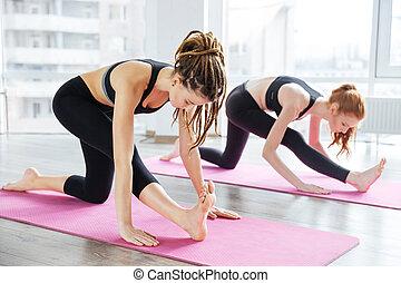 Practicar, extensión, dos, estudio,  yoga, mujeres