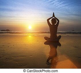 practicar, ocaso, playa., mujer, yoga