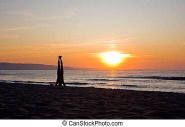 practicar, yoga, ocaso, hombre