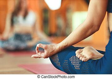 practicing, lotos, medytacja, mudra, ręka, kobieta, położenie, yoga