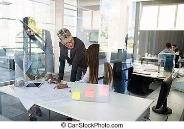pracujące biuro, ludzie, laptop, handlowy komputer