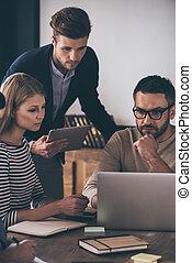 pracujący dalejże, projekt, razem., zaufany, handlowy zaludniają, przeglądnięcie, laptop, znowu, posiedzenie, w biurze, stół, w, biuro