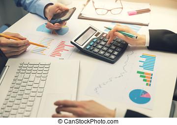 pracujący, finansowy, biuro, handlowy, wykresy, wykresy, drużyna