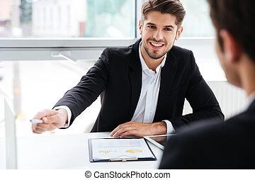 pracujący, handlowe biuro, dwa, biznesmeni, spotkanie