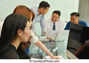 pracujący, handlowy zaludniają, teamwork, asian, sala konferencyjna, posiadanie, spotkanie