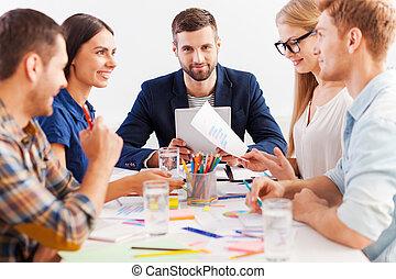 pracujący, jak, team., trzy, zaufany, handlowy zaludniają, w, przemądrzały przypadkowy, nosić, pracujący razem, znowu, posiedzenie na stole