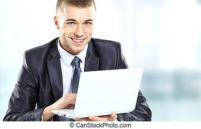 pracujący, laptop, biuro, młody, ekran, patrząc, uśmiechnięty., komputer, biznesmen
