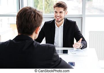 pracujący, tabliczka, handlowy, dwa, radosny, biznesmeni, używając, spotkanie