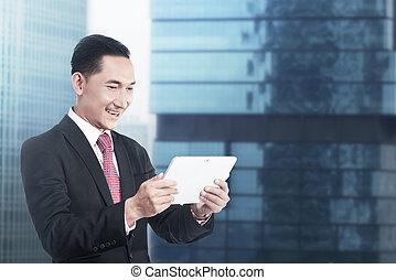 pracujący, tabliczka, handlowy komputer, asian obsadzają