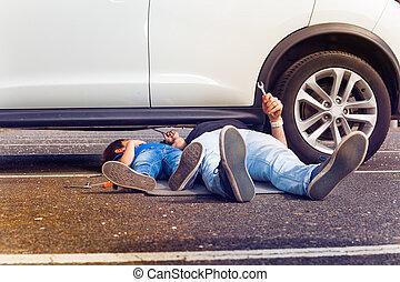 pracujący, wóz, ojciec, razem, syn, złamany, pod