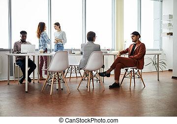 pracujący, współczesne biuro, ludzie