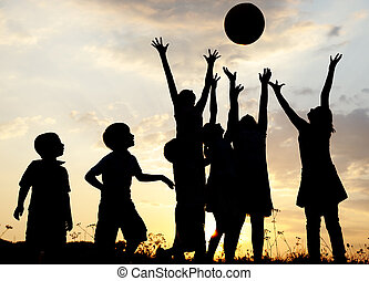 prado, grupo, silueta, pôr do sol, verão, tocando, crianças, feliz
